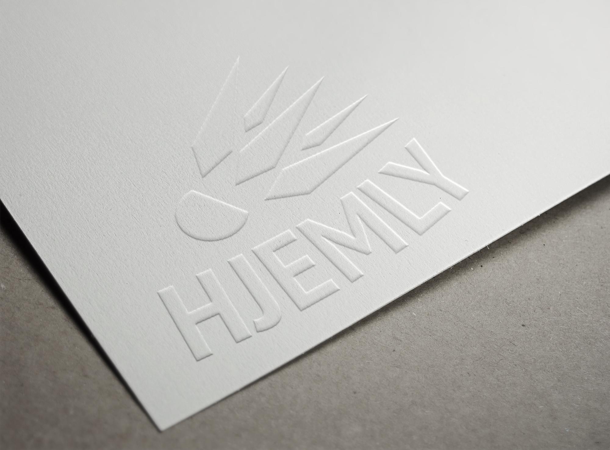 Logo med en fjerbold der flyver over navnet Hjemly