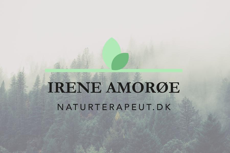 Logo til naturterapeuten Irene Amorøe med en grøn streg og to grønne blade.