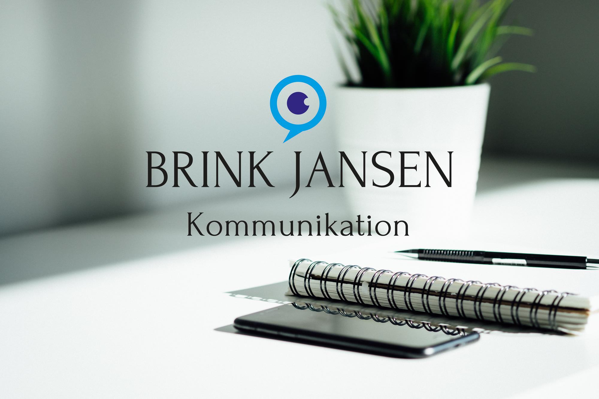 Logo til Brink Jansen Kommunikation med et mørkeblåt og lyseblåt bomærke af en taleboble og et øje