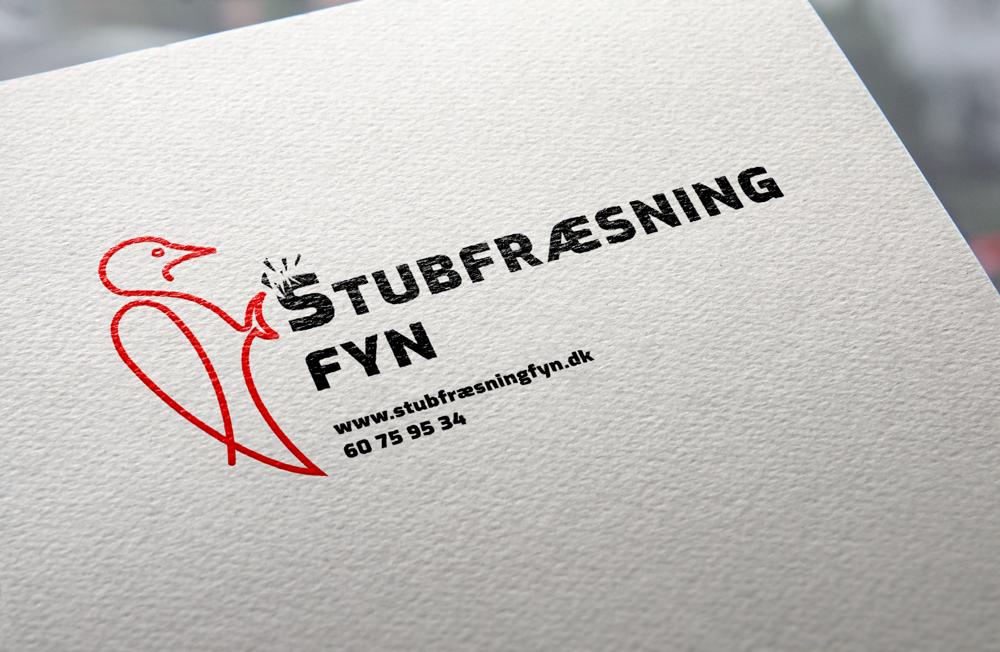 Logo til en stubfræser med en rød spætte designet ud i en streg