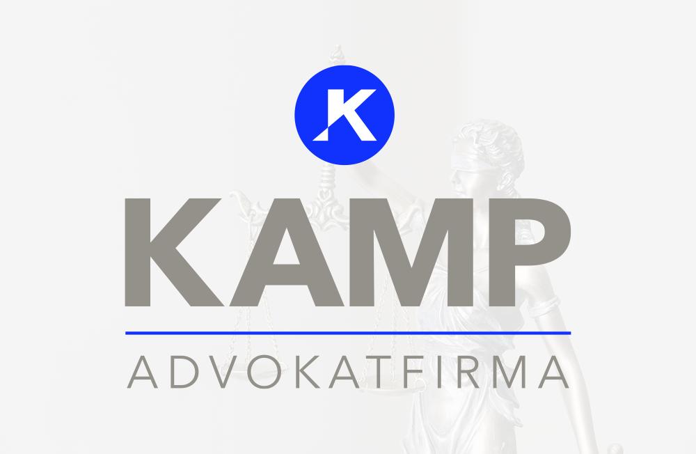 Kamp Advokatfirma logo med et blåt rundt bomærke med med et hjemmelavet K